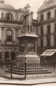 The statue in 1912 surrounded by a bank, The Observer Office and the George Hotel.