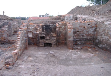 An oven revealed in one of the ground floor rooms or cellars. This is very close to the area once occupied by the Bull's Head.